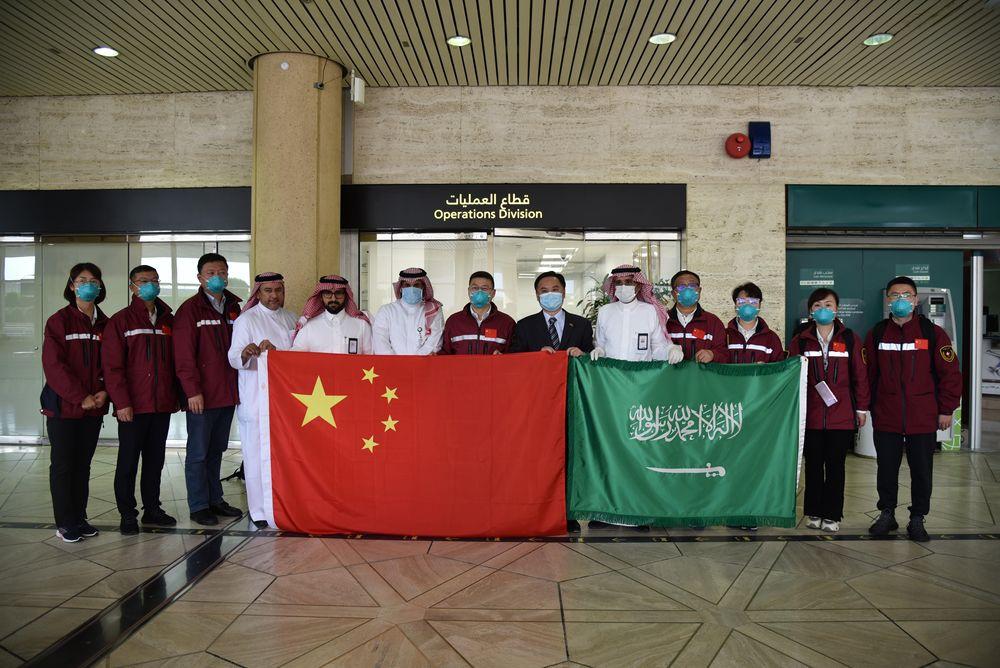 4月15日,中国当局抗疫医疗专家抵达沙特阿拉伯都城利雅得哈立德国王国际机场后留影。新华社记者涂一帆摄