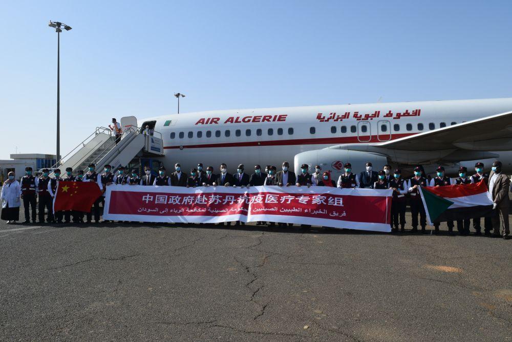 5月28日,在苏丹喀土穆,中国当局抗疫医疗专家构成员与前来欢迎的苏丹当局官员等人合影。中国当局抗疫医疗专家组28日下昼从阿尔及利亚抵达苏丹都城喀土穆。新华社记者马意翀摄