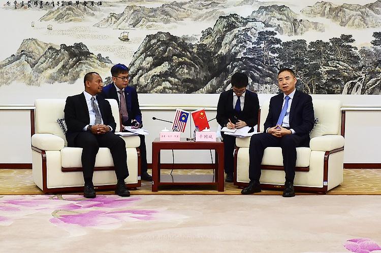辛国斌会见马来西亚贸工部秘书长洛曼·哈京·阿里