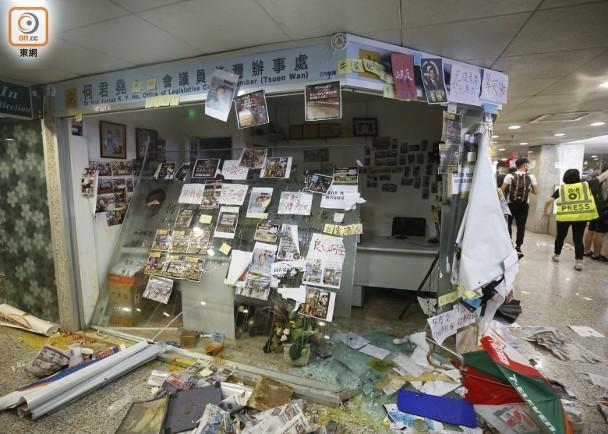 男学生毁坏何君尧办公室玻璃外墙,需赔偿5万港元,获准保释至8月量刑
