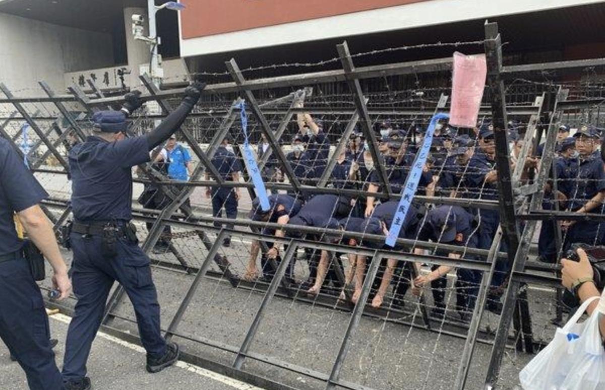 """警察从新竖起""""拒马""""(中评社)"""