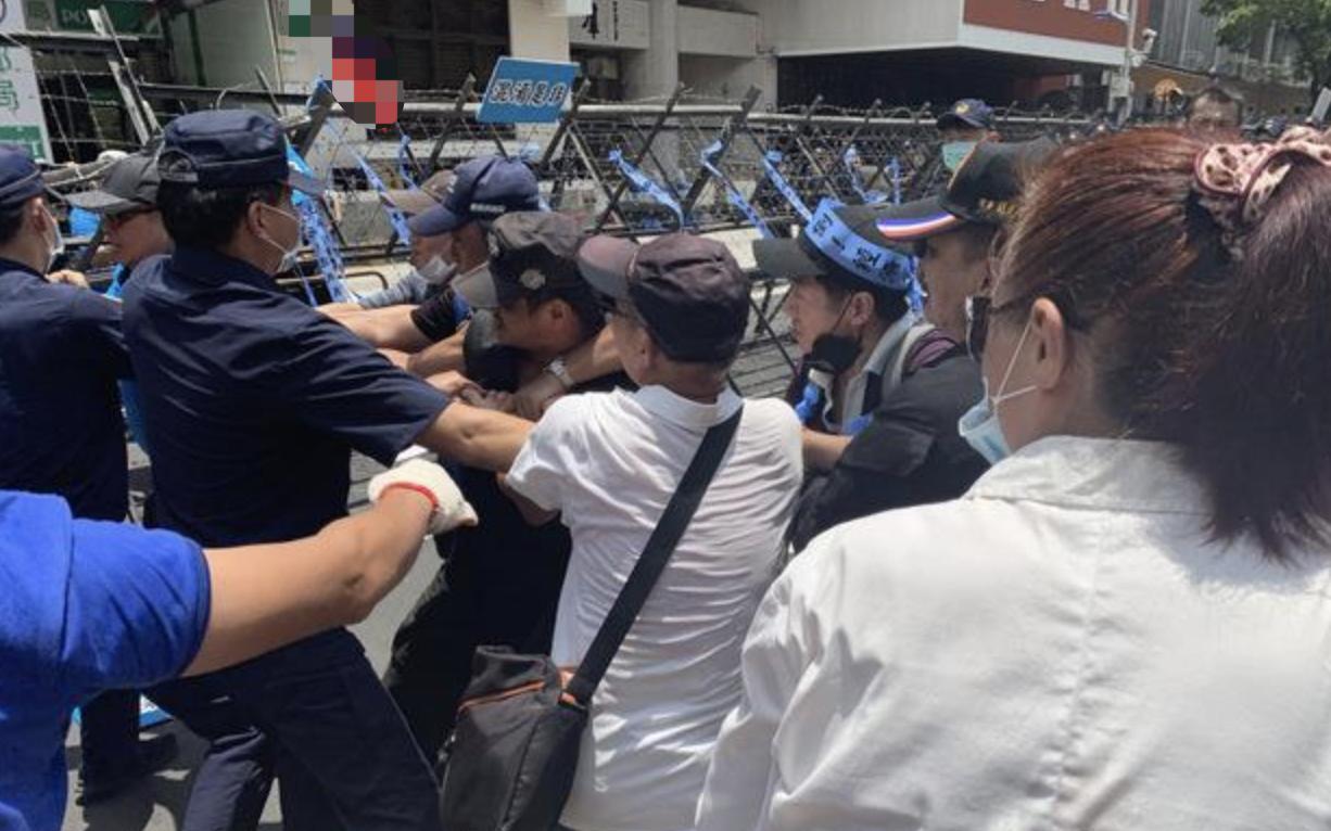 「摩天开户」台立法摩天开户院与警方激烈图片