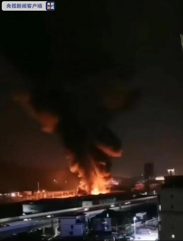 福州一厂房突发大火 70余名消防员紧急救援图片