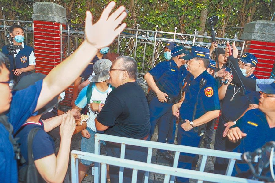"""台湾警方在""""立法院""""门口装设栅栏 图自台媒"""
