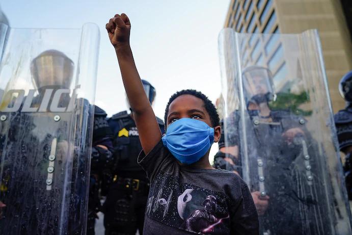 △周日,亚特兰大,一名男孩在抗议活动现场(来源:《华盛顿邮报》)