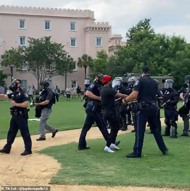 和平抗议的黑人青年被警方逮捕(图源:每日邮报)