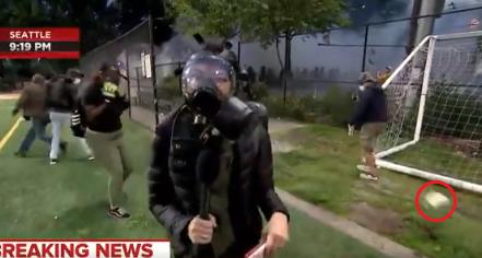 网友认为这是催泪瓦斯罐,电视台确认这是一枚闪光弹 图片来源:视频截图