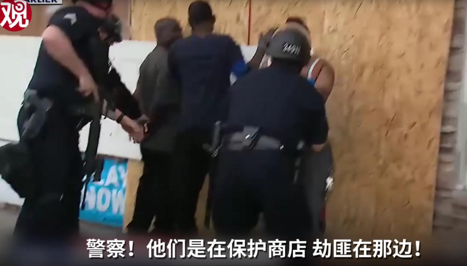 美国洛杉矶黑人见义勇为 却被赶到场的警察拷起