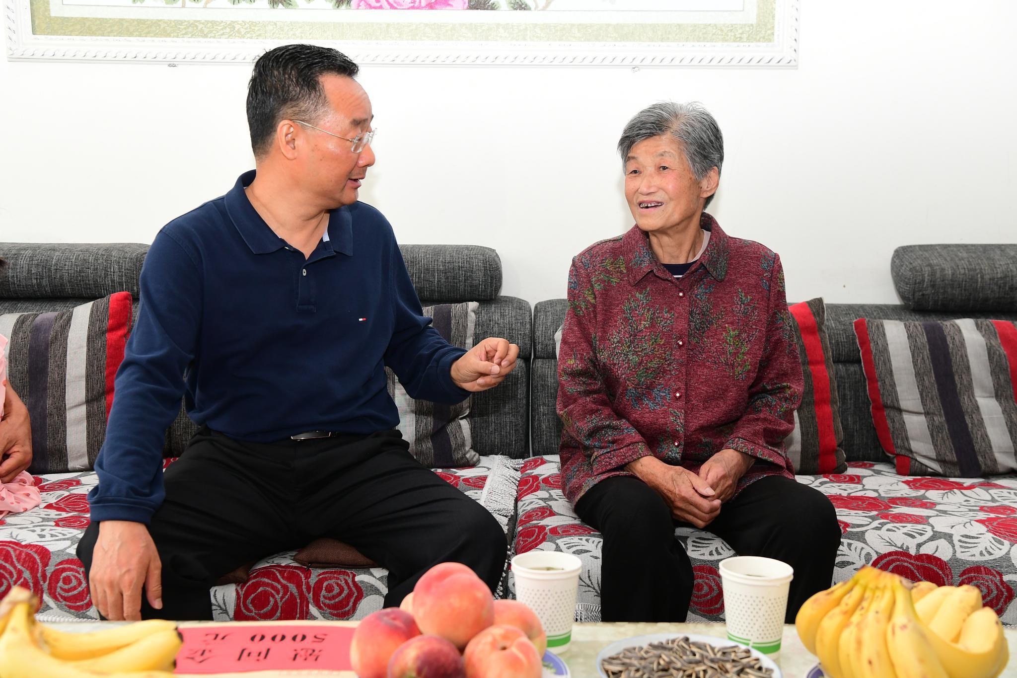 唐仁健在陇南看望慰问老党员和困难党员时强调图片