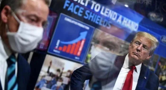 △当地时间5月21日,美国总统特朗普在密歇根州福特工厂视察时仍未佩戴口罩,而此前,无论福特公司还是该州官员都提出了希望他戴口罩的要求。