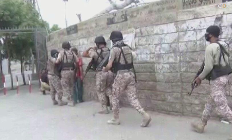 29日,赶赴证交所现场的巴基斯坦安全人员 视频截图