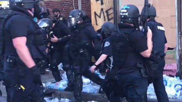 美国警察被指破坏街头医疗救助站 市长:令人失望