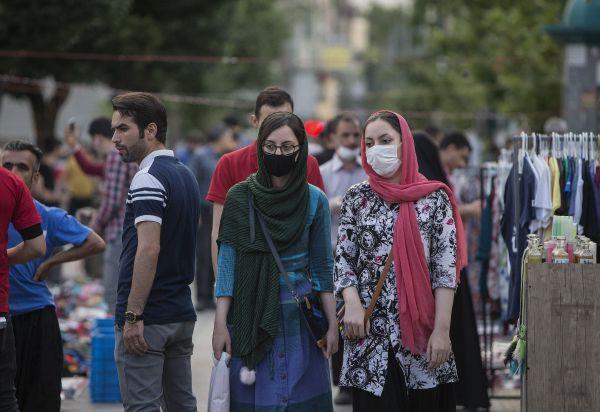 5月30日,两名戴口罩的女子在伊朗德黑兰的一处市场购物。新华社发