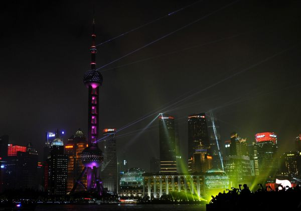 中国经济被外界看好。图为上海外滩夜景。新华社