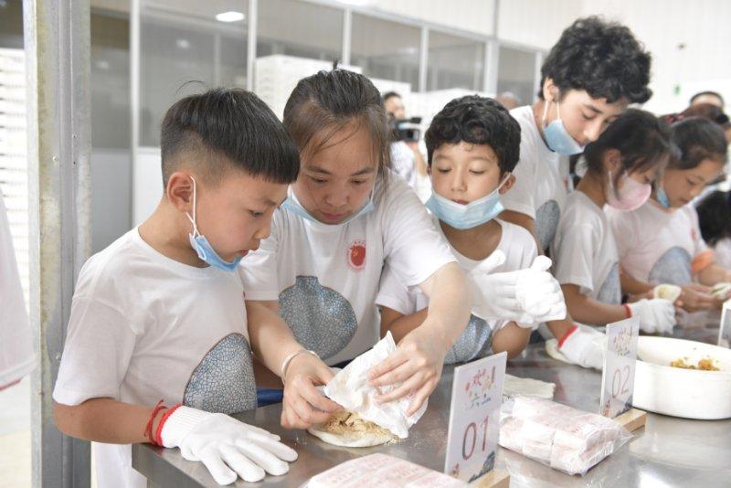 天富—慈溪市举办少数民族儿天富童欢度六一走进非图片