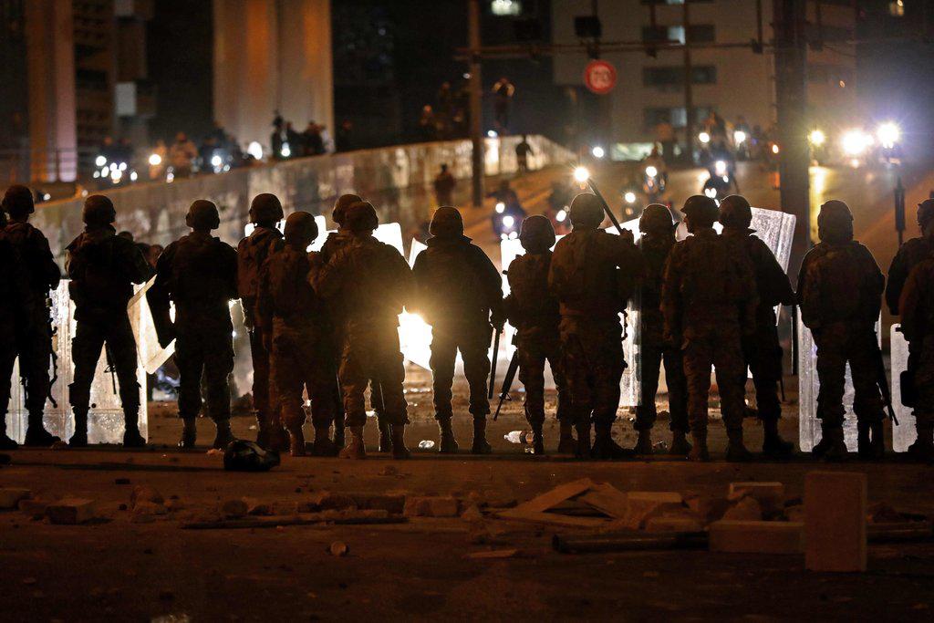 △黎巴嫩军队在游行示威中盯防突发事件