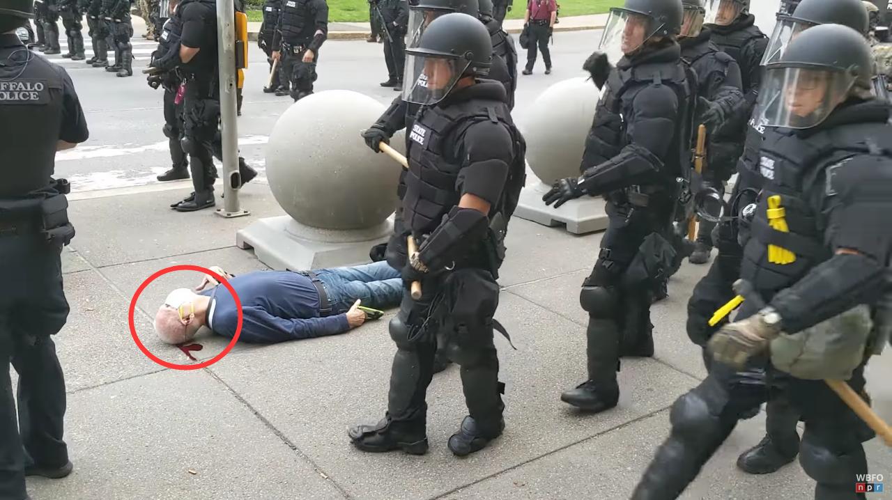 75岁抗议者被警察推倒 视频截图