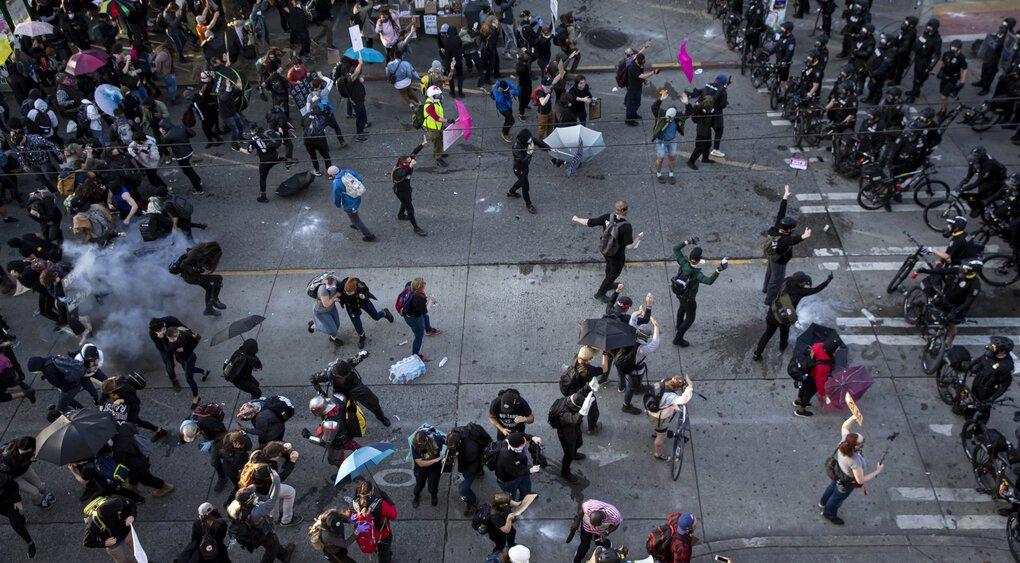 西雅图警方用闪光弹驱散抗议人群。(图源:《西雅图时报》)