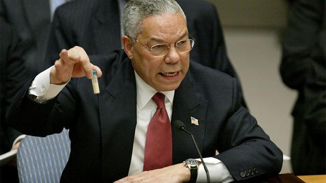 """(△2003年,科林·鲍威尔在联合国的讲话中,谈到布什对伊拉克战争的理由。期间,他拿出一瓶装有白色粉末状物体的试管,并称其为""""伊拉克持有大规模杀伤性武器的证据""""。)"""