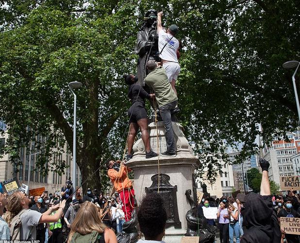 抗议者推倒了17世纪奴隶贩子兼慈善家爱德华·科斯顿的雕像。(图源:LNP)
