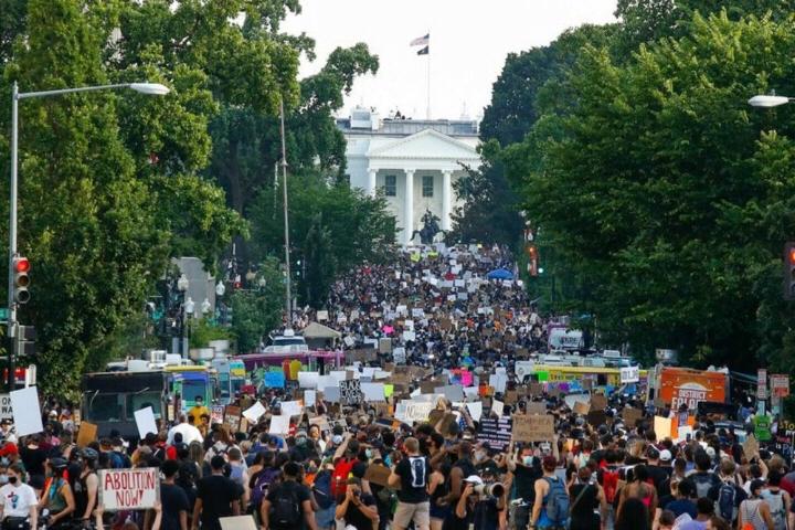 华盛顿哥伦比亚特区警方统计,6月6日约有3000名抗议群众在白宫附近的第16街区聚集。(图源:美联社)