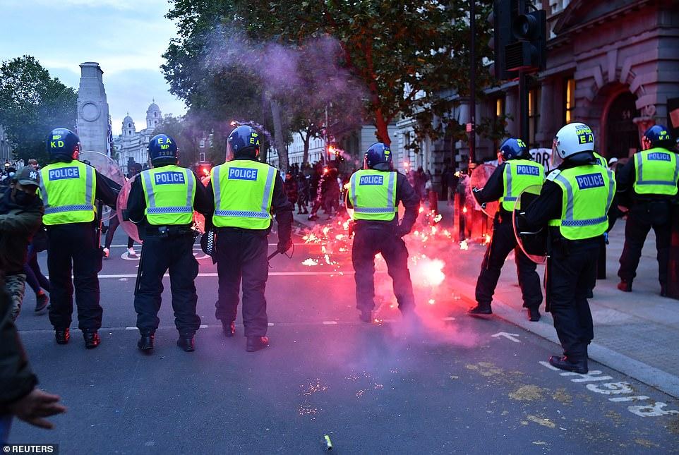 警察和抗议者发生冲突。(图源:路透社)