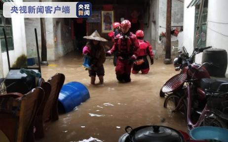 广西:强降雨致多地多人被困 消防紧急营救图片