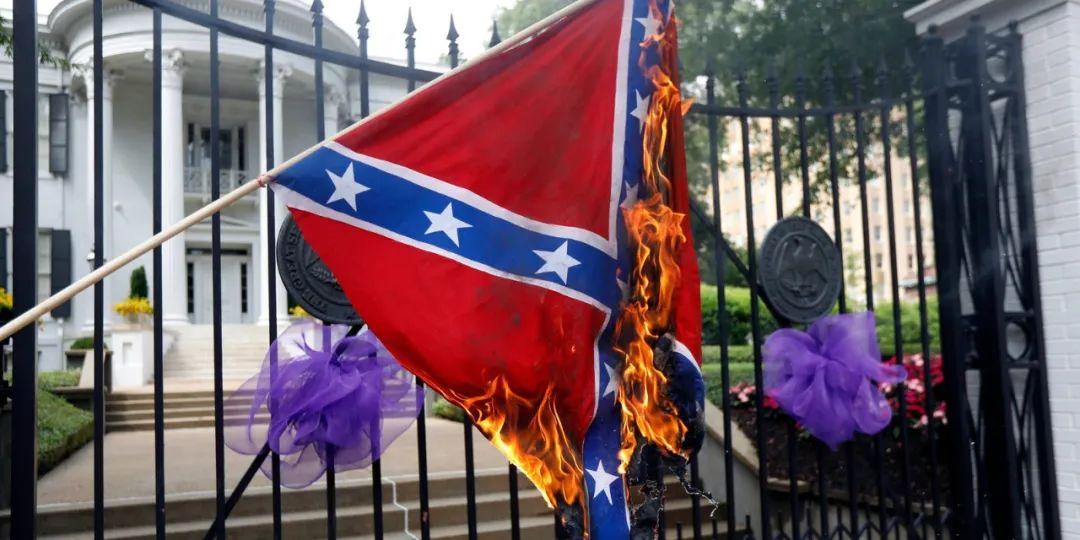 ▲密西西比州抗议者在州长官邸前点燃南方邦联旗帜(图源:美联社)