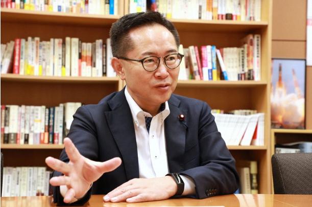 古川元久现在是日本众议院议员,隶属于国民民主党(每日新闻)