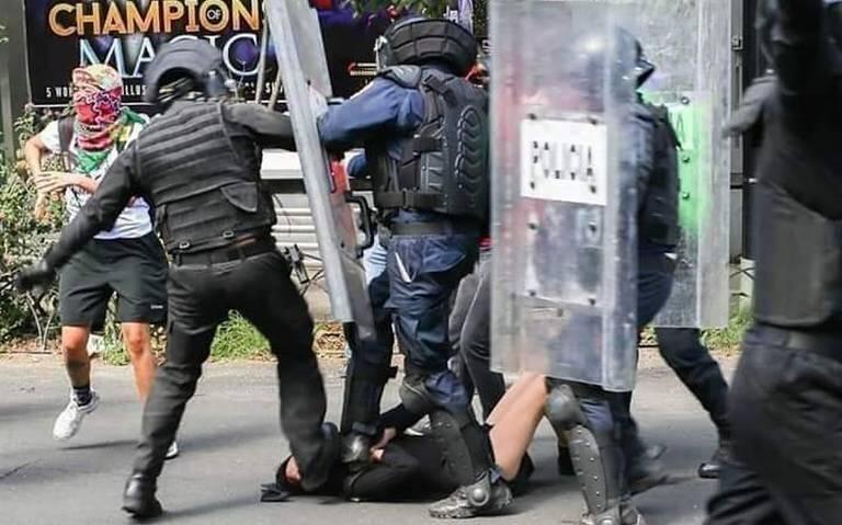 16岁女抗议者奔跑中跌倒 警察接连从其身上踏过猛踹
