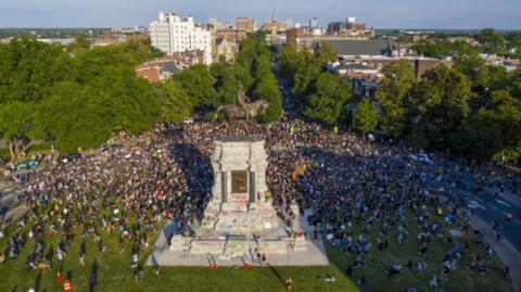 ▲里士满抗议者聚集在罗伯特·李雕像附近,雕像本身则被画满涂鸦和标语(图源:美联社)