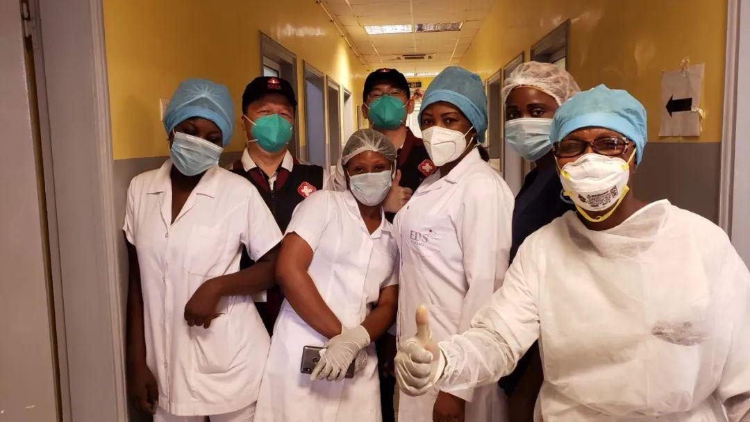 ▲5月26日,在刚果(布)都城布拉柴维尔,中国抗疫医疗专家组与本地一线医务职员交换,引导新冠肺炎病房建立。新华社发
