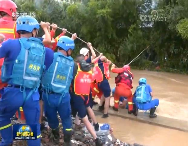 摩鑫:新闻特写洪水中摩鑫的生命救援图片