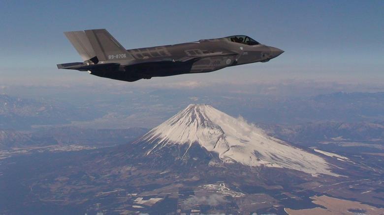 F-35A战斗机从富士山上空飞过