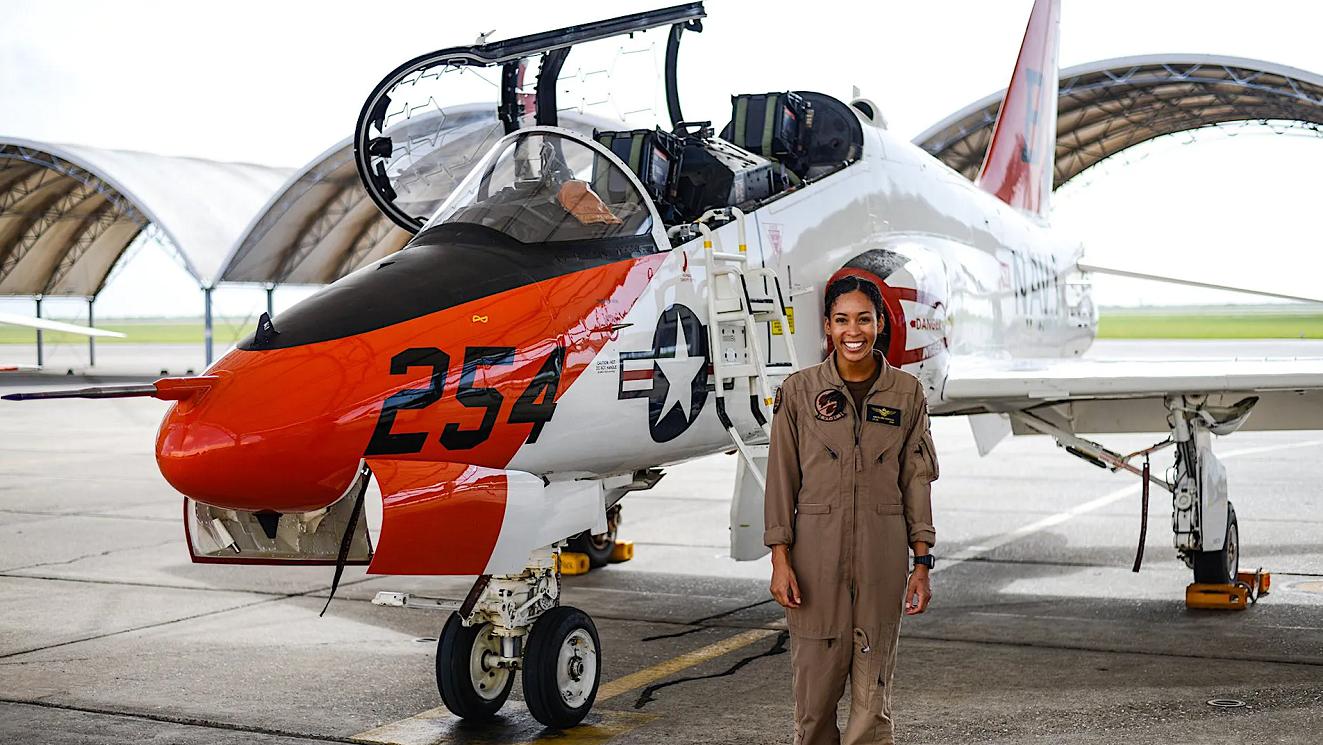 史无前例!美国海军首位非洲裔女性战斗机飞行员诞生