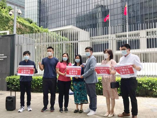 民建联成员到政总抗议(图:《香港商报》)