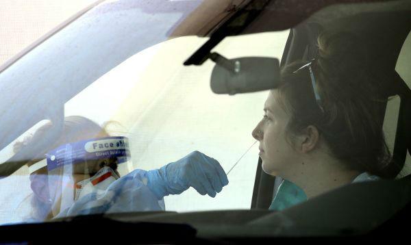 7月9日,工作人员在美国亚利桑那州菲尼克斯一处免下车新冠病毒检测站工作。新华/美联