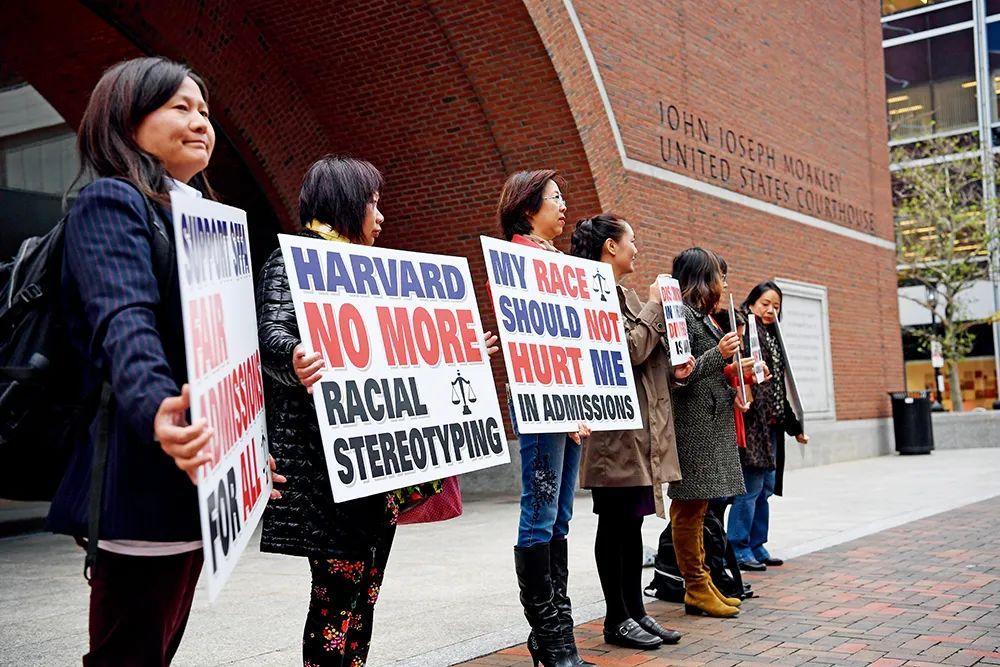 2018年10月15日,在美国马萨诸塞州波士顿,反对哈佛大学歧视亚裔学生的抗议者在美国联邦地区法院前展示标语牌。图/新华