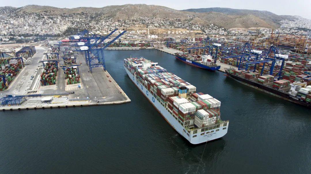 这是2017年5月7日,中远海运的货船驶出比雷埃夫斯港(比港)集装箱船埠。新华社发(帕诺斯·托马达基斯 摄)