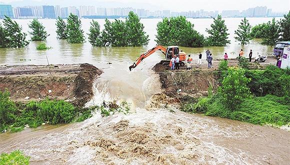 湖北黄梅县滨江圩扒口行洪,1700多居民已全部转移