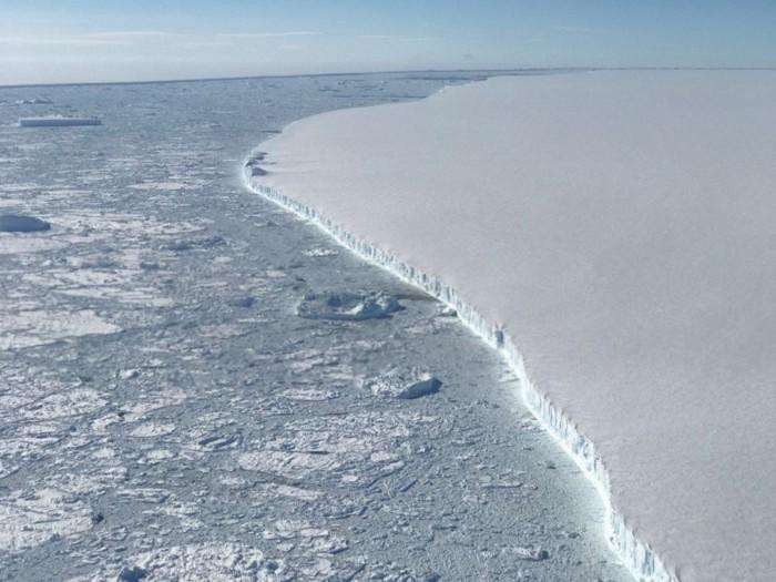 卫星数据显示从Larsen C崩解的冰山已漂浮1000公里