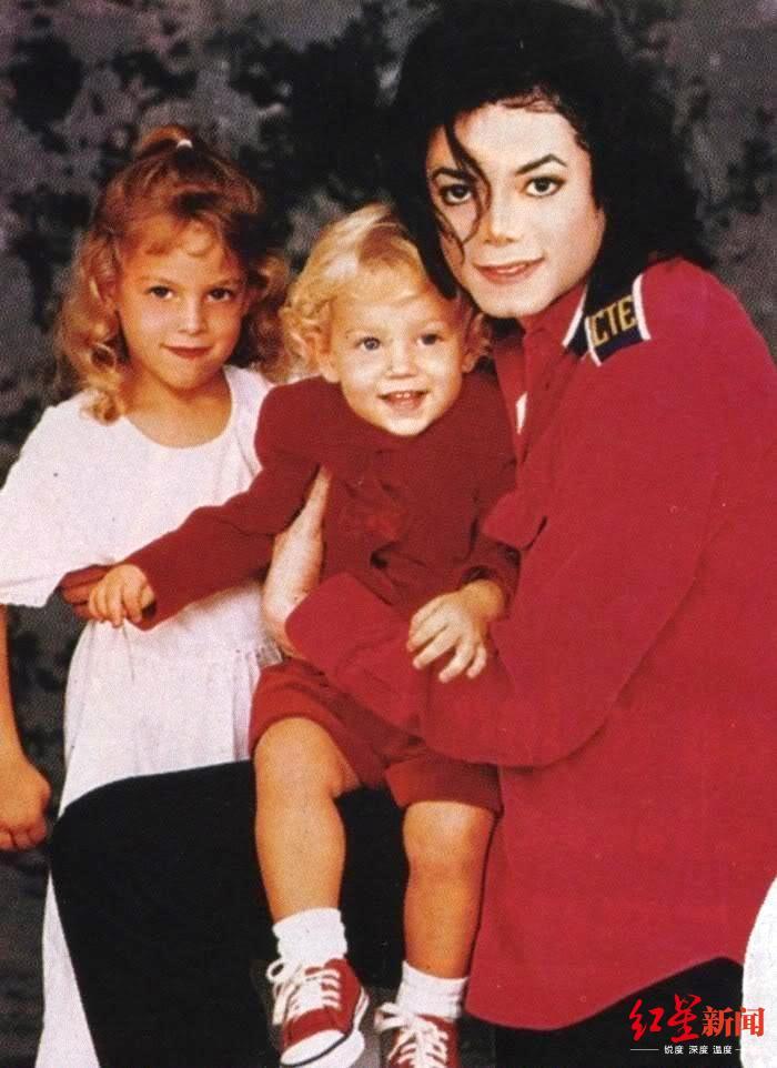 本杰明(中)和继父迈克尔·杰克逊