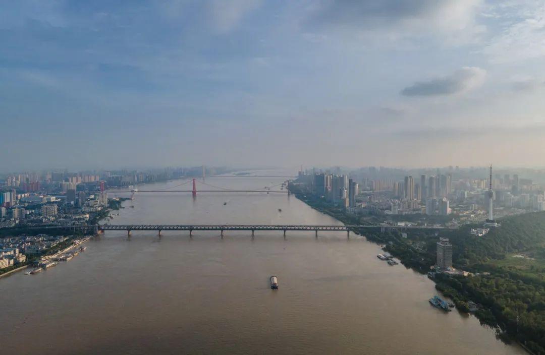 7月13日,船舶在长江武汉段航行(湖北日报全媒记者柯皓摄)