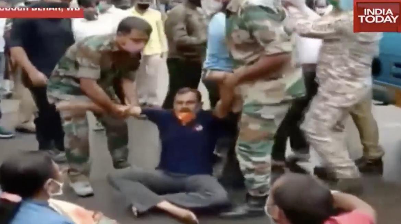"""印度示威者被警察拖走(""""今日印度""""报道截图)"""