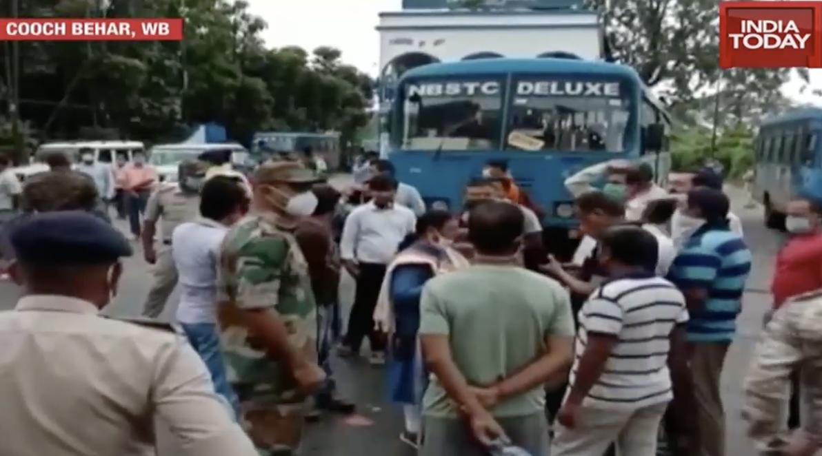"""印度工人上街抗议(""""今日印度""""报道截图)"""