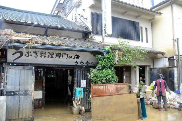 """满是泥水的""""上村鳗鱼屋""""店门口(朝日新闻)"""