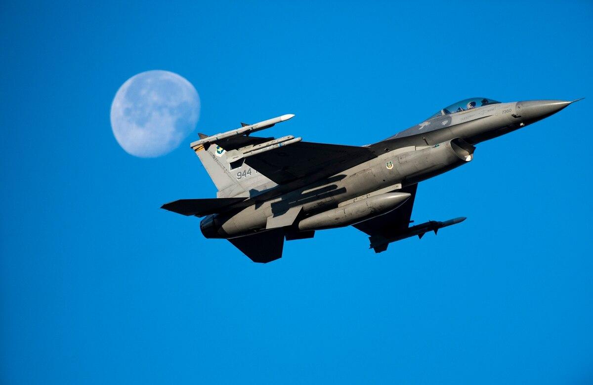 又摔了:美空军一架F-16C战机坠毁 飞行员跳伞后送医