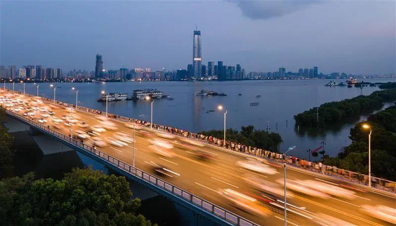 7月13日傍晚,市民走上武汉长江二桥,在人行道上关注长江水位(湖北日报全媒记者柯皓摄)