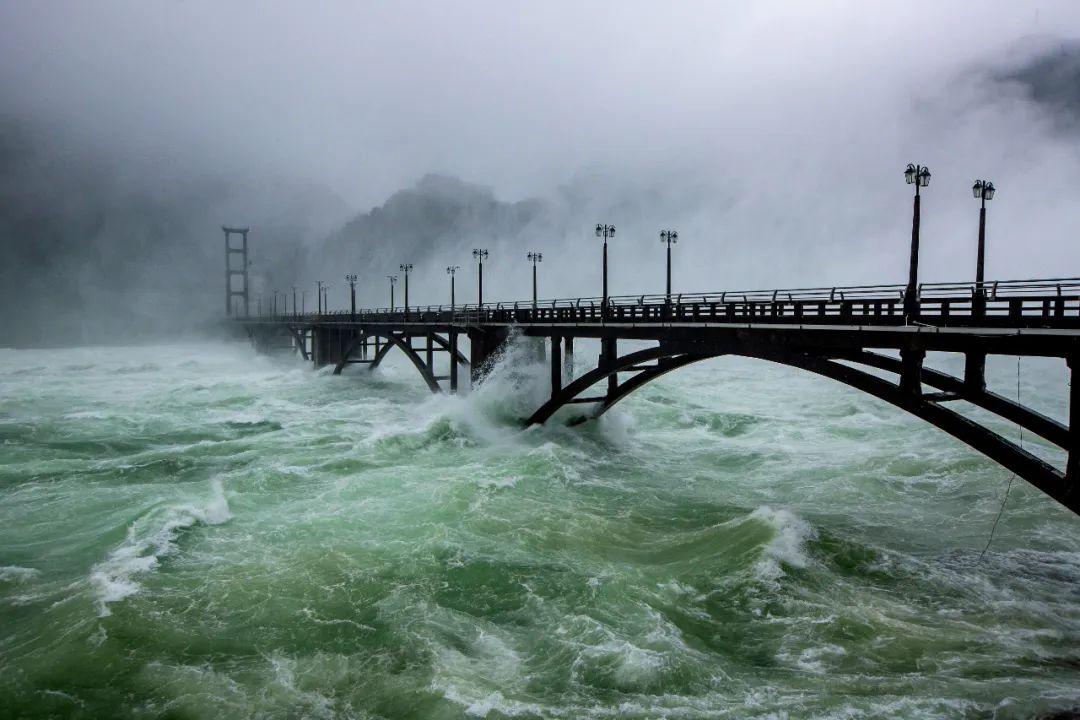 7月8日上午10时,新安江水库建成运营61年来首次打开全部9个泄洪闸泄洪,江水汹涌澎湃,奔腾而下。图/人民视觉