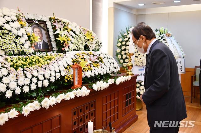 李海瓒吊唁已故首尔市长(纽西斯通讯社)